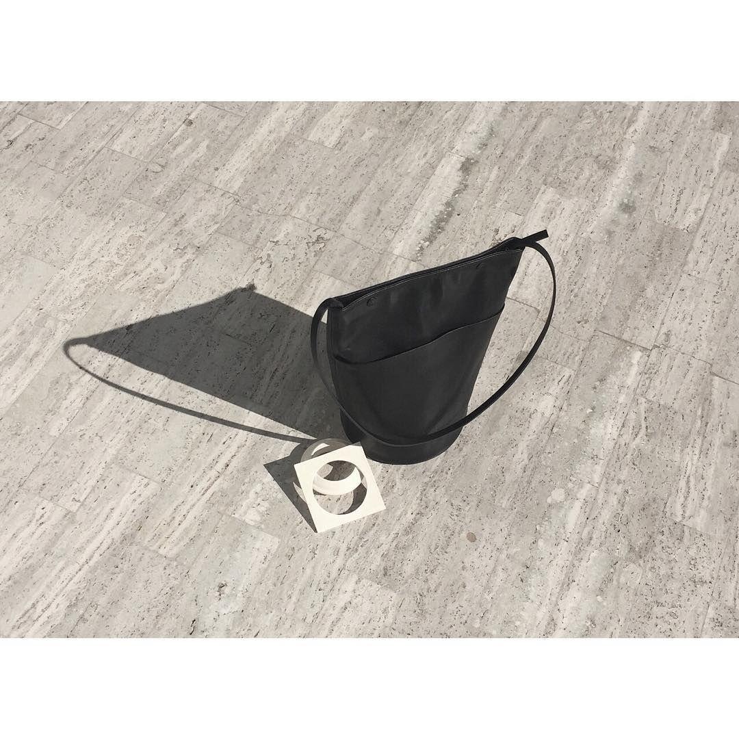 Snap Bucket Bag via @modernweaving     #modernweaving  #jewelry #porcelain #bangles #bucketbag #porcelainjewelry  #losangeles #leatherbag #handbags #blackbag #everydaybag #everydayessentials #totebag #modernbag #moderndesign #minimalist