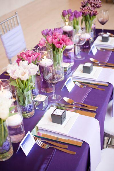 """Majestuosa presentación del color del año para bodas """"purple orchid""""en Tulipanes y mantel. Velas imprescindibles¡"""