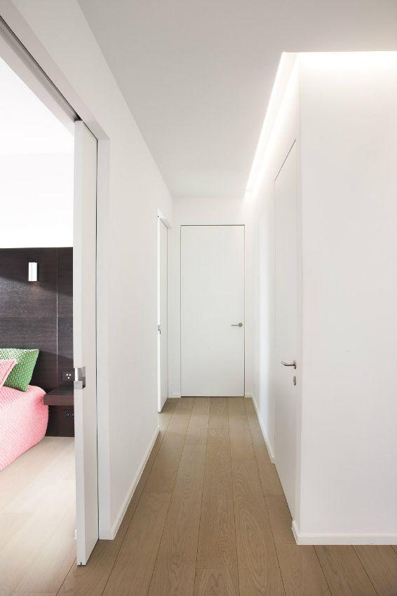 Pasillo con puertas enrasadas puertas correderas ocultas for Ideas para decorar marcos de puertas