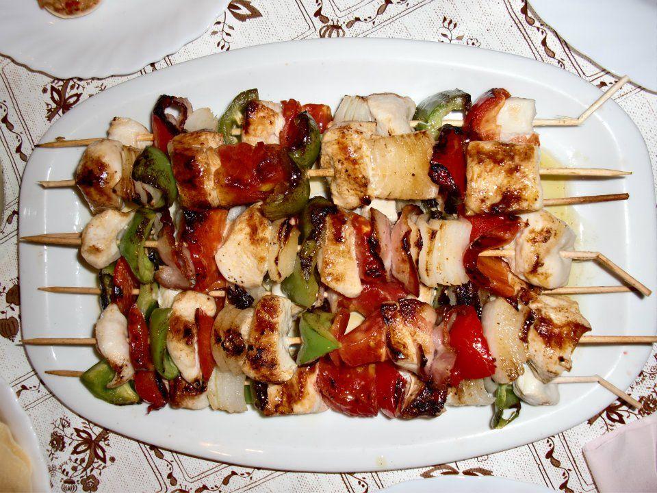 Pinchitos de pollo con verduritas (cebolla, pimiento verde, pimiento morron y tomate)