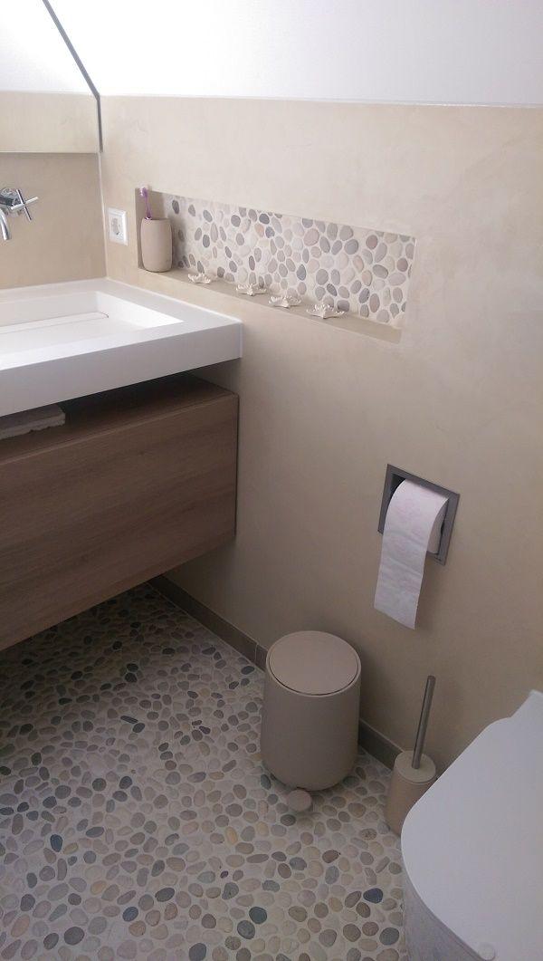 Landelijke badkamer met zwevende wastafel, beach pebbles op de vloer ...