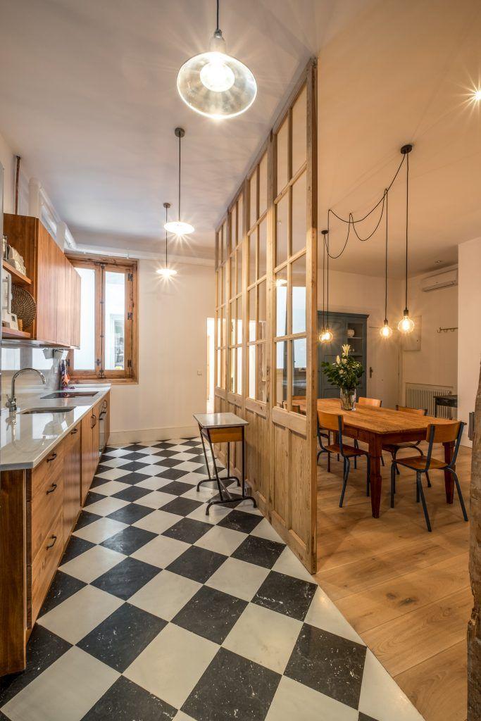 Una pared formada por 4 puertas de derribo recuperadas separa la cocina del comedor abierto al - Muebles de derribo ...