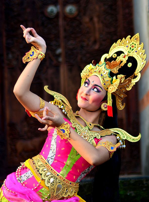 Beautiful Balinese dancer. Wonderful dance that includes the whole body, literaly from head to toe. Talking about body language!