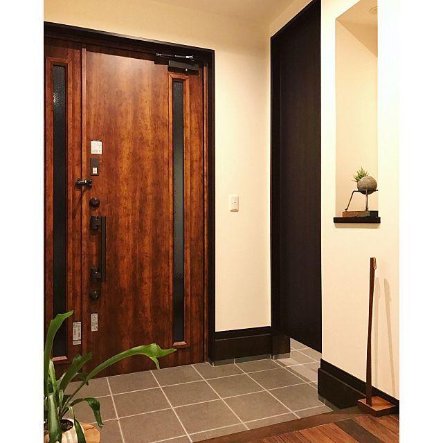 玄関 入り口 ニッチ 玄関タイル グレーインテリア 無垢材の床 などの