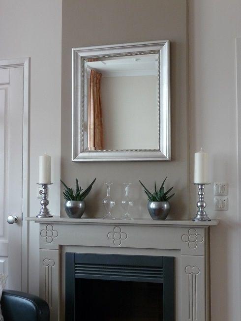 Kleine klassieke spiegel zilver met pareltje boven schouw. http://www.barokspiegel.com/