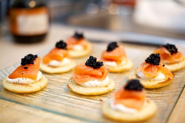 Autre classique du M Traiteur: blinis de saumon fumé maison, crème aigrelette, caviar d'Espagne