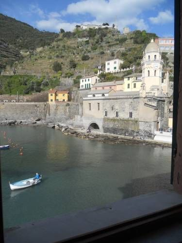 Appartamento Margherita Vernazza Set in Vernazza, this apartment is 42 km from Portofino. Appartamento Margherita features views of the sea and is 12 km from La Spezia.  A dishwasher, an oven and a microwave can be found in the kitchen. A TV is offered.