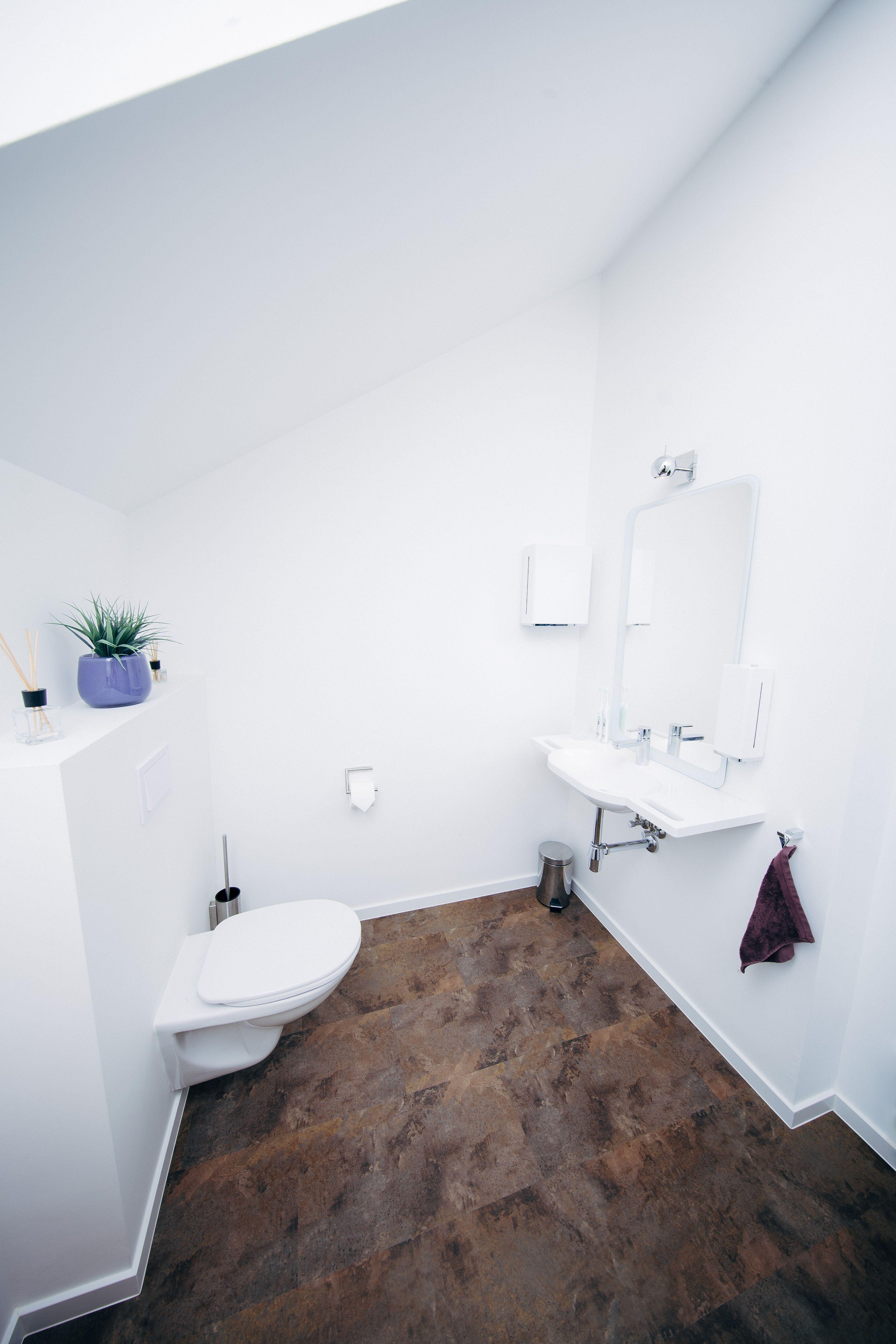 Fugenlose Wandverspachtelung und Designbelag-Fußboden. Durch die ...