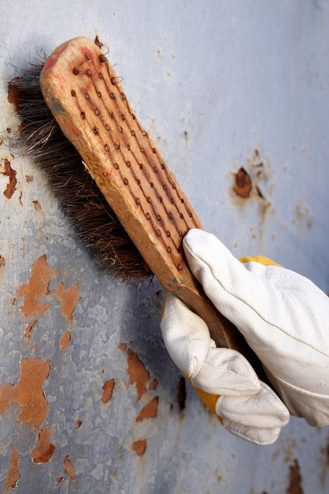 Er zijn verschillende manieren om muurverf te verwijderen. Zit de muurverf los dan kunt u misschien een groot deel al met een borstel verwijderen.