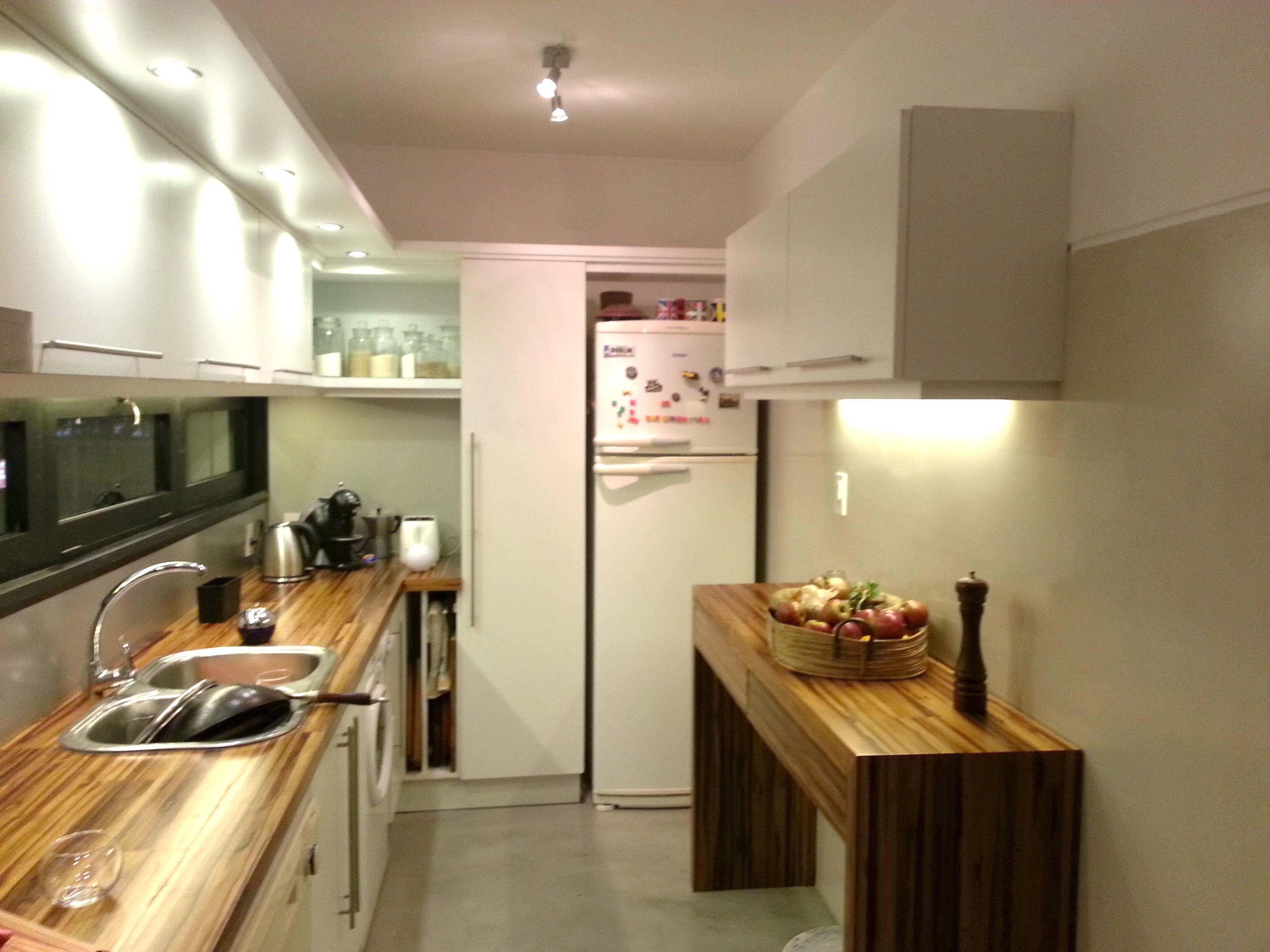 grupo3.cocina a nuevo, Blanca con mesada y desayunador en madera ...