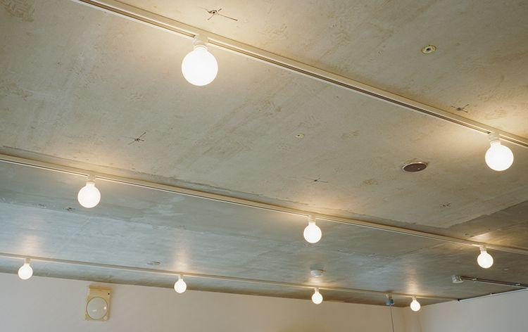 P スケルトン天井に配線ダクトレール まん丸ホワイトランプ お店