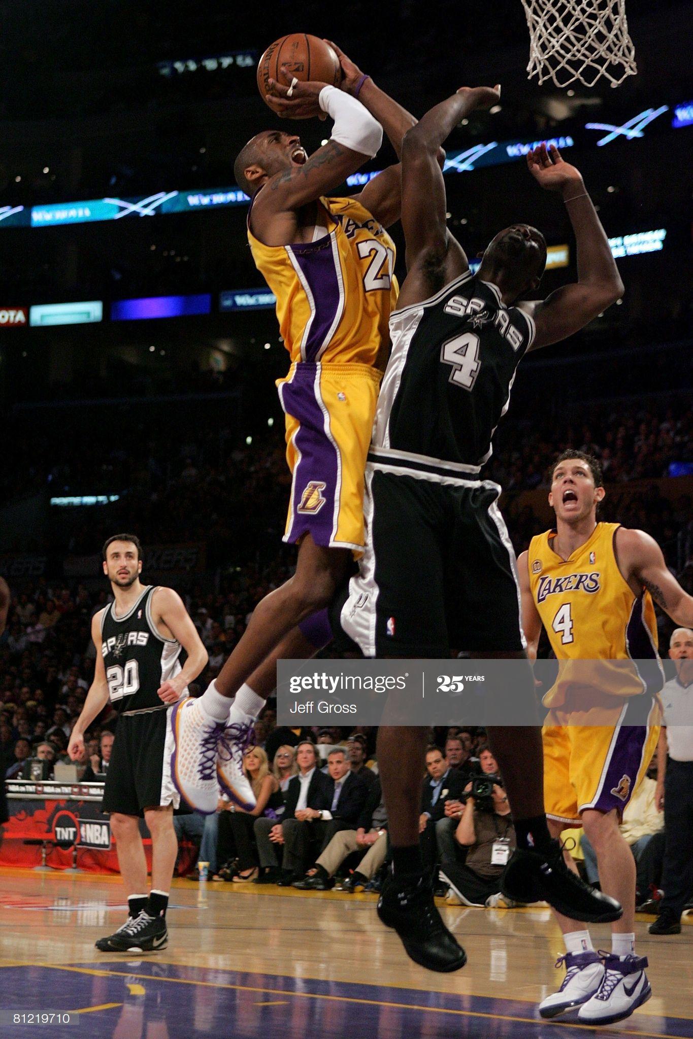 Fotografia De Noticias Kobe Bryant Of The Los Angeles Lakers Goes To The Em 2020 Kobe Bryant San Antonio Spurs Los Angeles Lakers