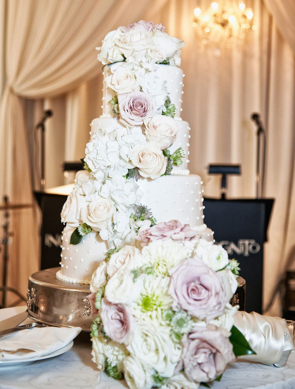 20 Ways To Decorate Your Wedding Cake With Fresh Flowers White