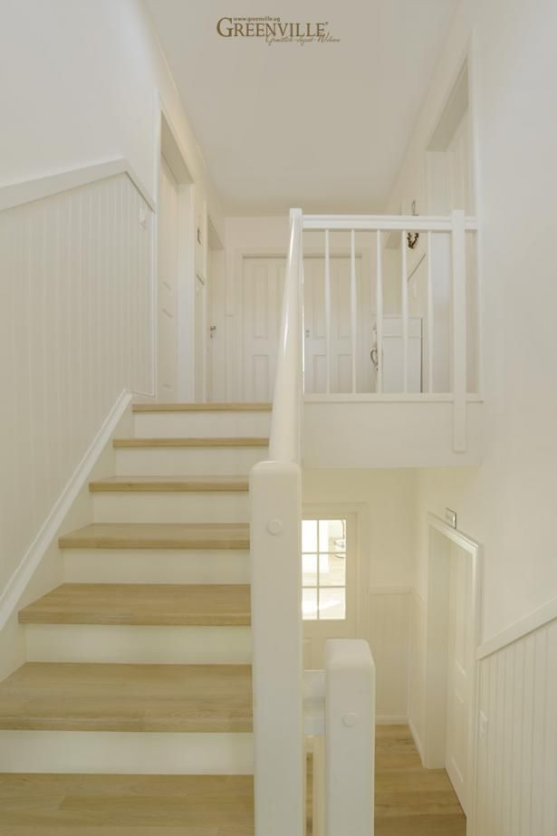 schwedische paneele im gesamten treppenbereich sind sehr pflegeleicht chateau chic flur. Black Bedroom Furniture Sets. Home Design Ideas
