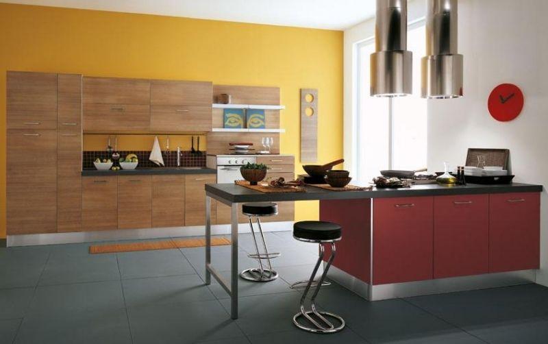 Gelbe Wand Und Beeren Nuancen In Der Küche
