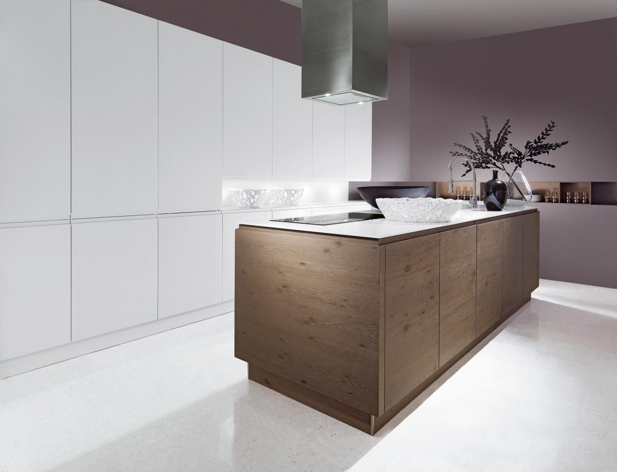 Moderne keuken met witte kolomkasten aan de muur en een keukeneiland afgewerkt met houten - Keuken rode en grijze muur ...
