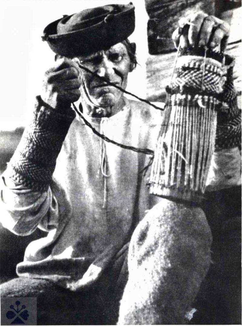 Pletenie zápästku na forme. Horehronie, 1930. SNM – Etnografické múzeum v Martine. Foto K. Plicka.
