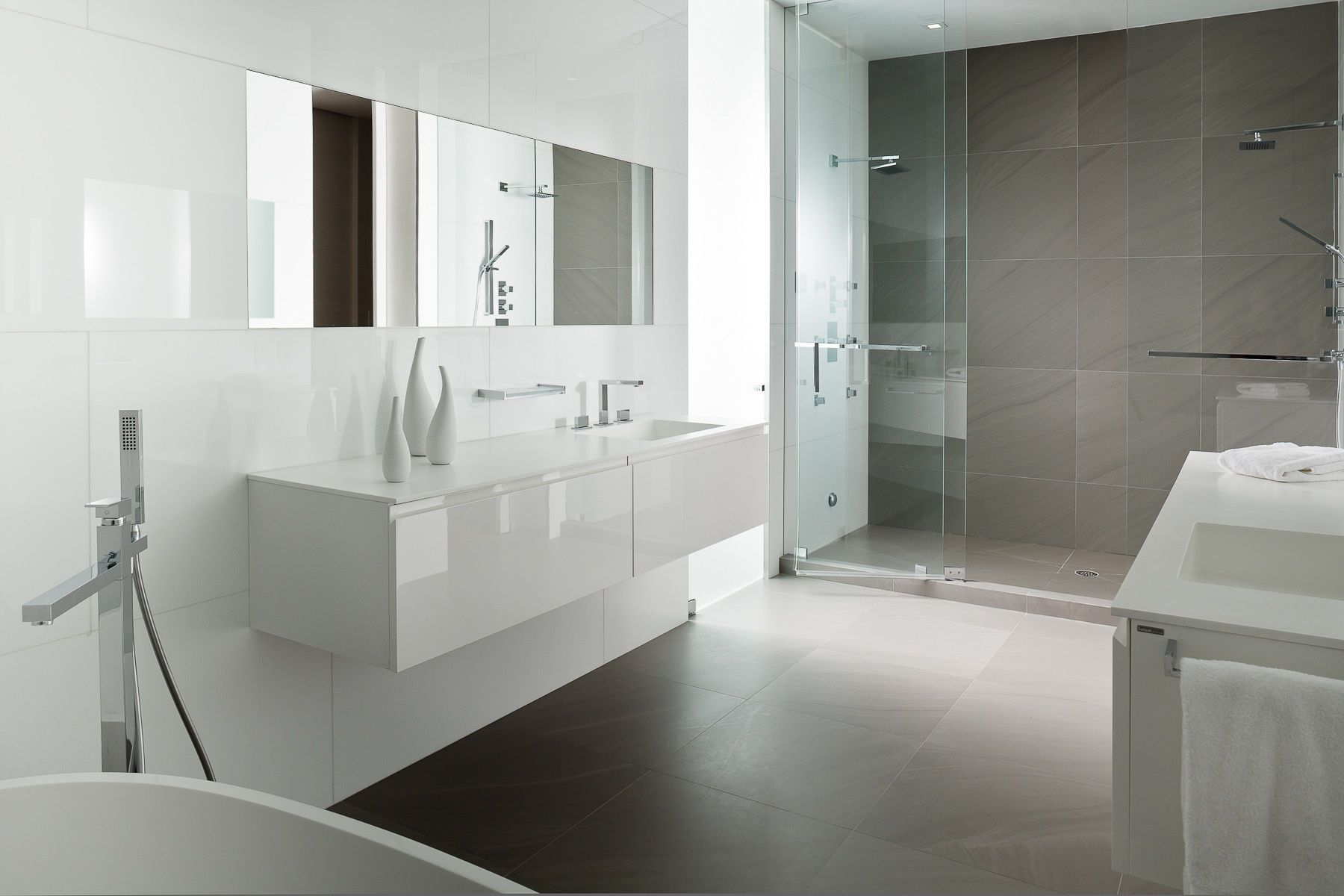 grey and white bathroom with shower and bathtub - Buscar con Google ...