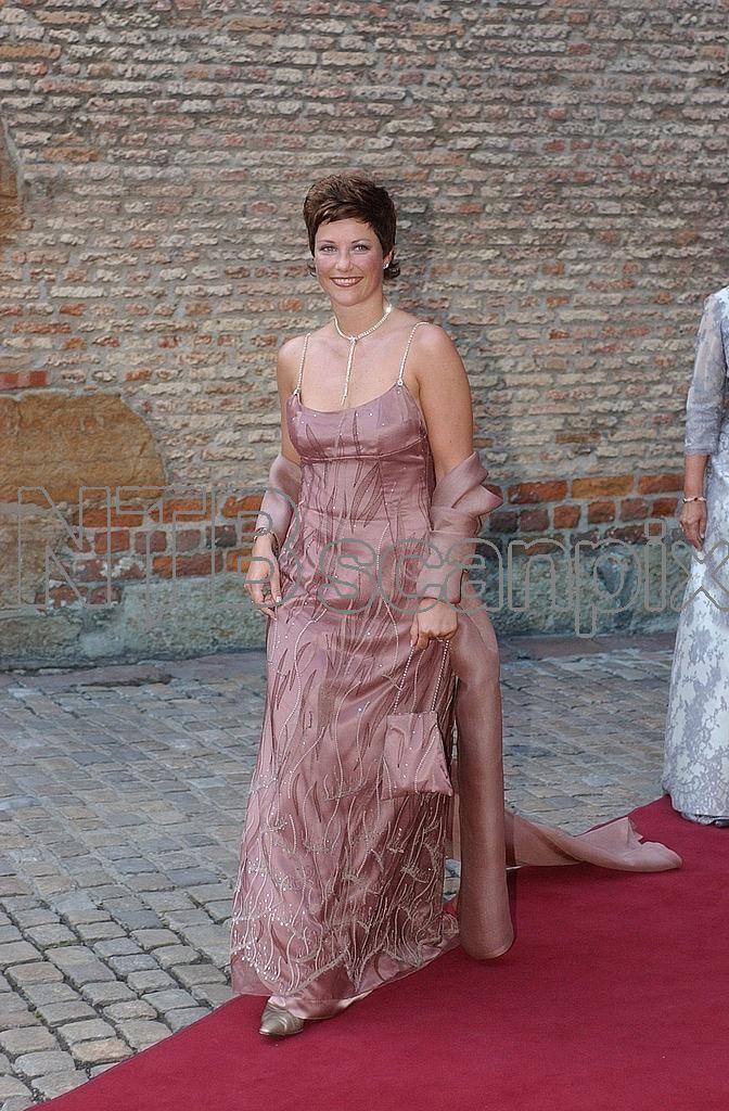 OSLO; Kongelig bryllup i Oslo. Kronprins Haakon og Mette-Marit Tjessem Høiby gifter seg i Oslo Domkirke 25 august. Regjeringsmiddagen på Akershus Slott kvelden før: Her ankommer prinsesse Märtha Louise.