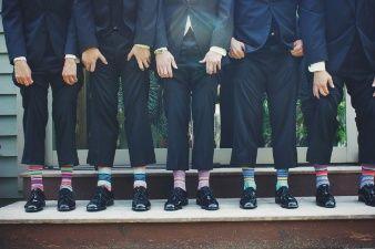 Homens de meias coloridas