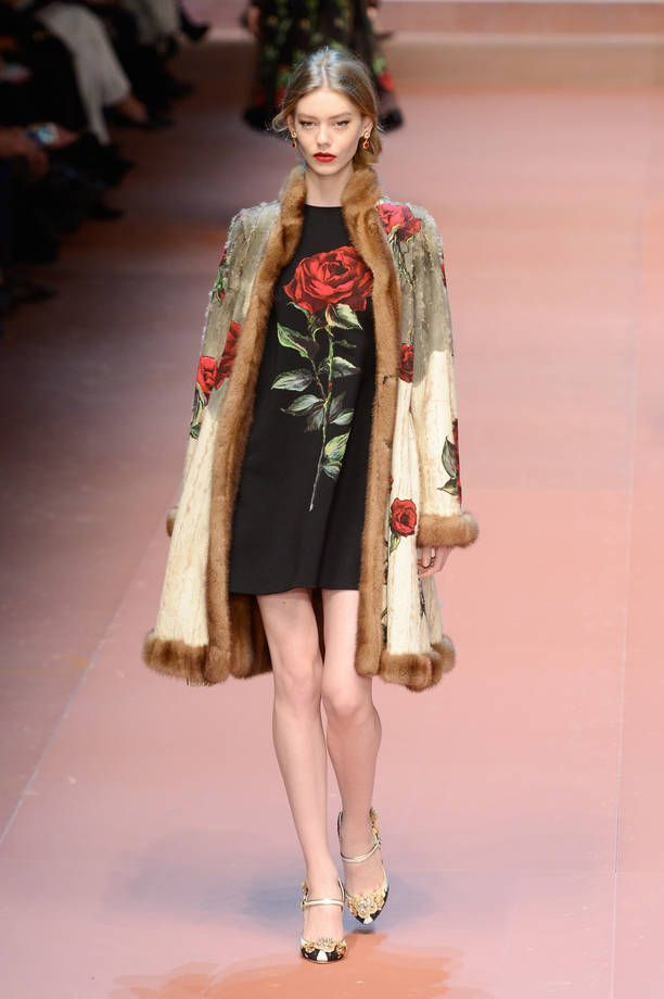 Collezione Dolce&Gabbana Autunno Inverno 2015/2016 | Cappotto con stampa floreale e inserti di pelliccia e abito nero con rosa stampata | FOTO