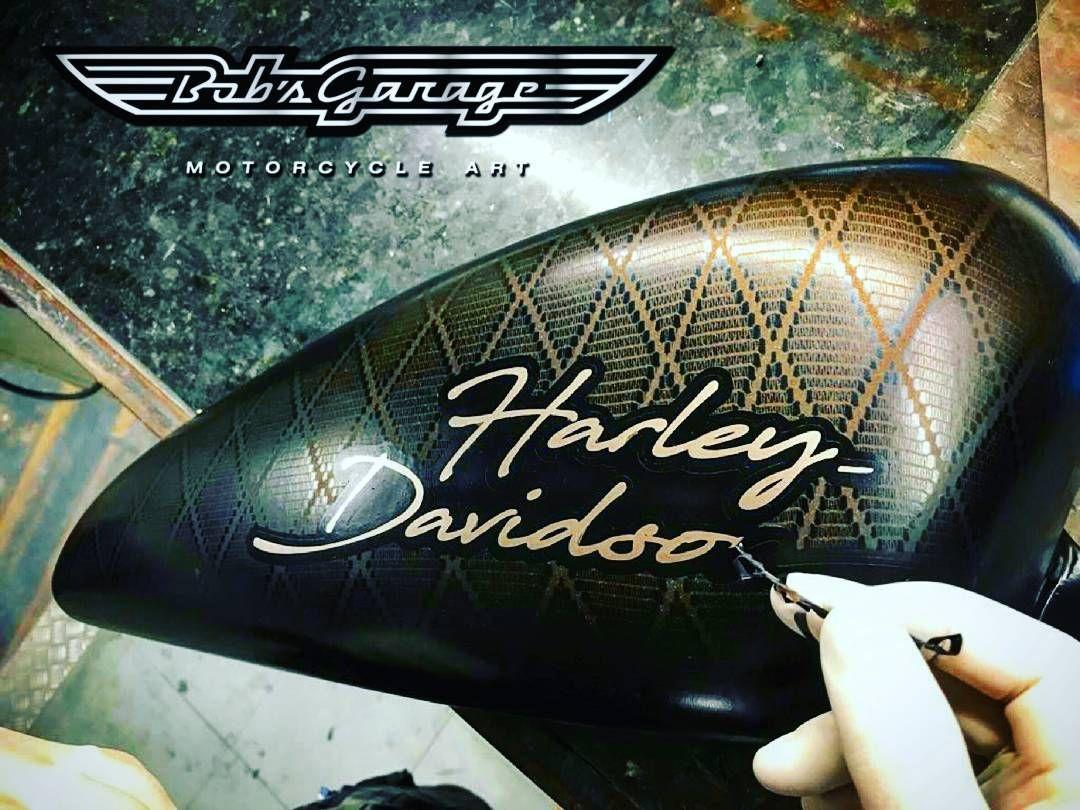 Nesta pintura foi utilizada a técnica de stencil de renda. No fundo deste  tanque de Harley Davidson Sportster 883 foi aplicado metal flake com verniz  candy. d8c07e5a469