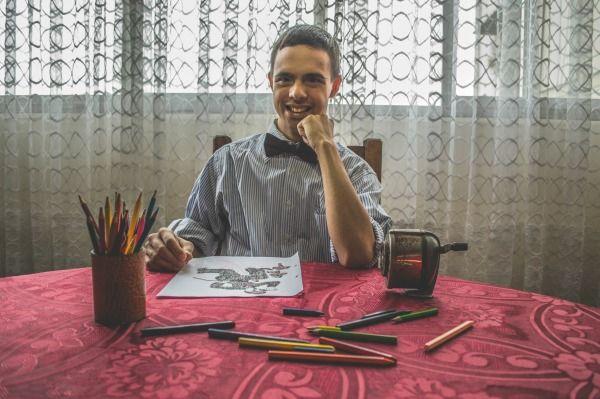 Joven con síndrome de Down preparándose para dibujar