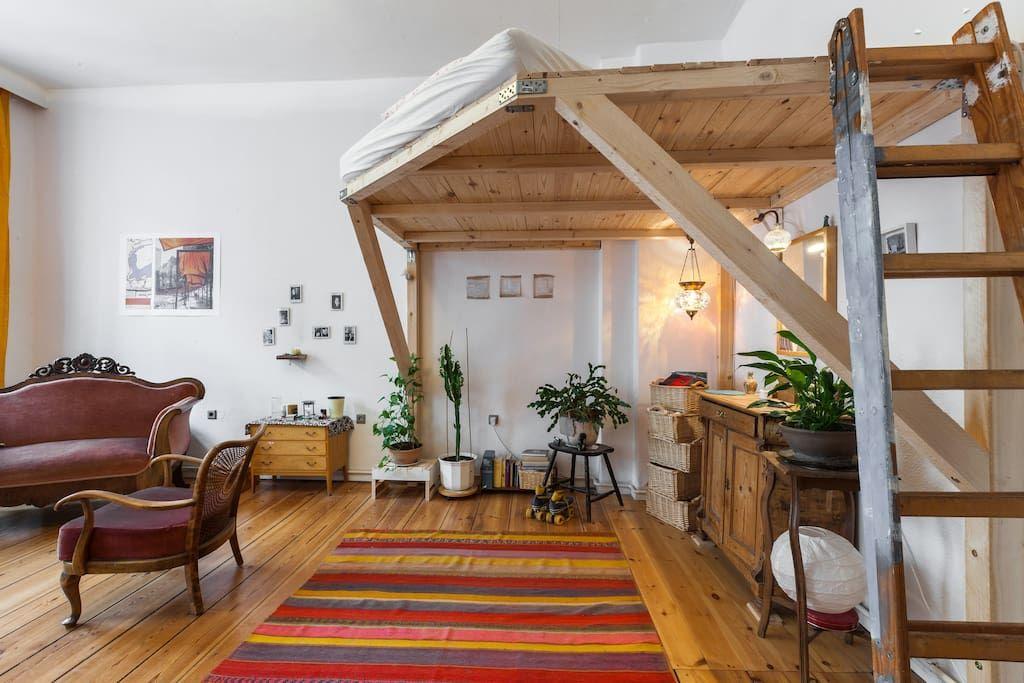 wohnung in berlin deutschland wir vermieten ein wundersch nes wg zimmer mit parkett hochbett. Black Bedroom Furniture Sets. Home Design Ideas