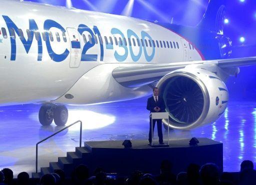 Rusia presentó este miércoles el MC-21, su primer avión de medio recorrido, como apuesta para resucitar a su aeronáutica civil, un sector dominado por Airbus y Boeing. El prototipo, azul y blanco, se exhibió ...
