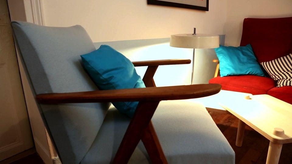 le fauteuil scandinave bleu ciel la table basse amovible. Black Bedroom Furniture Sets. Home Design Ideas