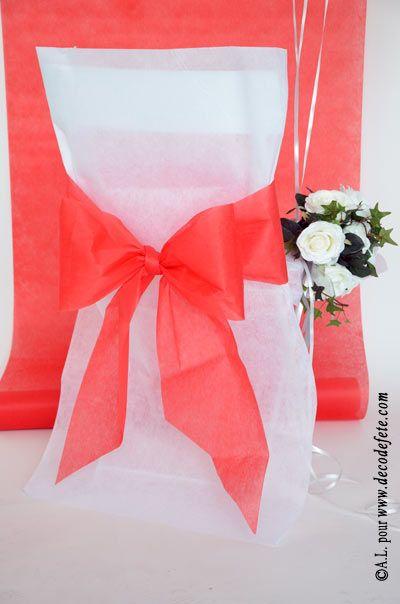 Une housse de chaise blanche http://www.decodefete.com/housses-chaise-blanc-p-3749.html  habillée d'un nœud de couleur rouge http://www.decodefete.com/noeuds-pour-housse-chaise-rouge-p-3751.html #fete #mariage #anniversaire #noeud