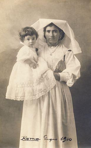 Balia con costume tradizionale e bambina     1910      Lazio              Italy