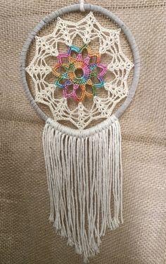 Filtro de sonhos em crochê podendo ser personalizado a cor da trama e o tamanho. Consulte as cores disponíveis.