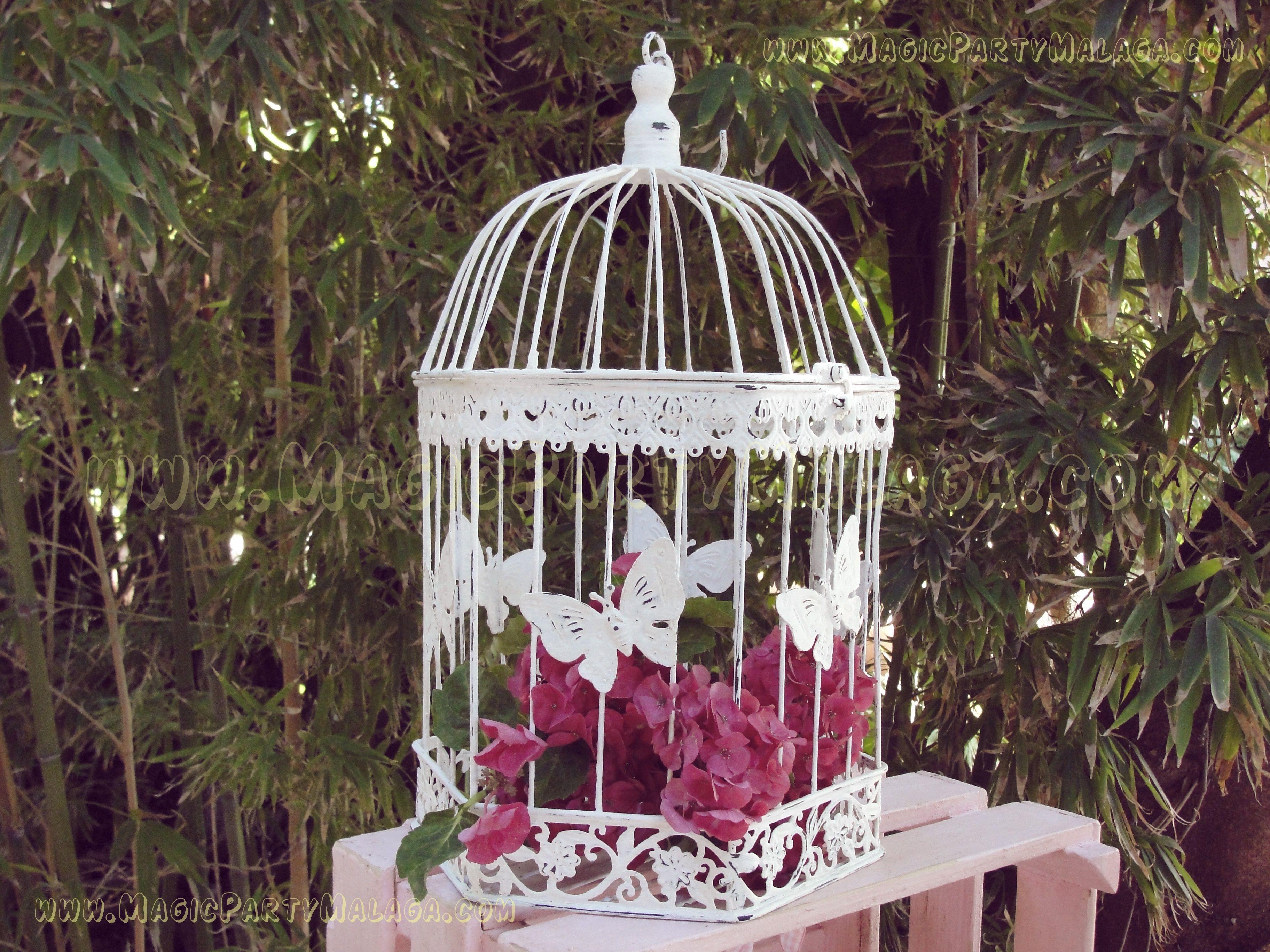 Decoraci n con jaulas envejedidas en blanco y flores for Decoracion con plantas