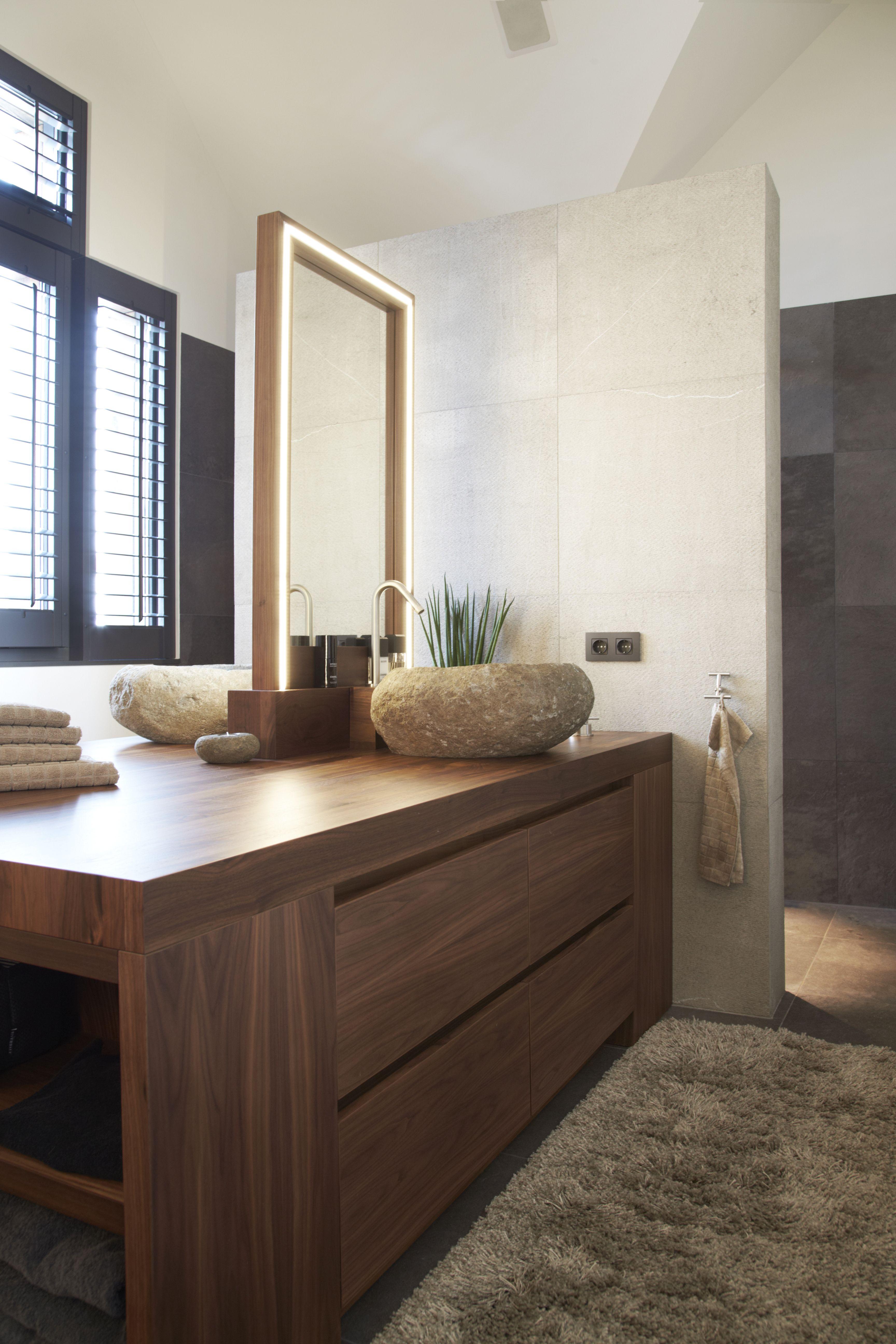 warm hedendaagse badkamer met shutters van zonnelux foto