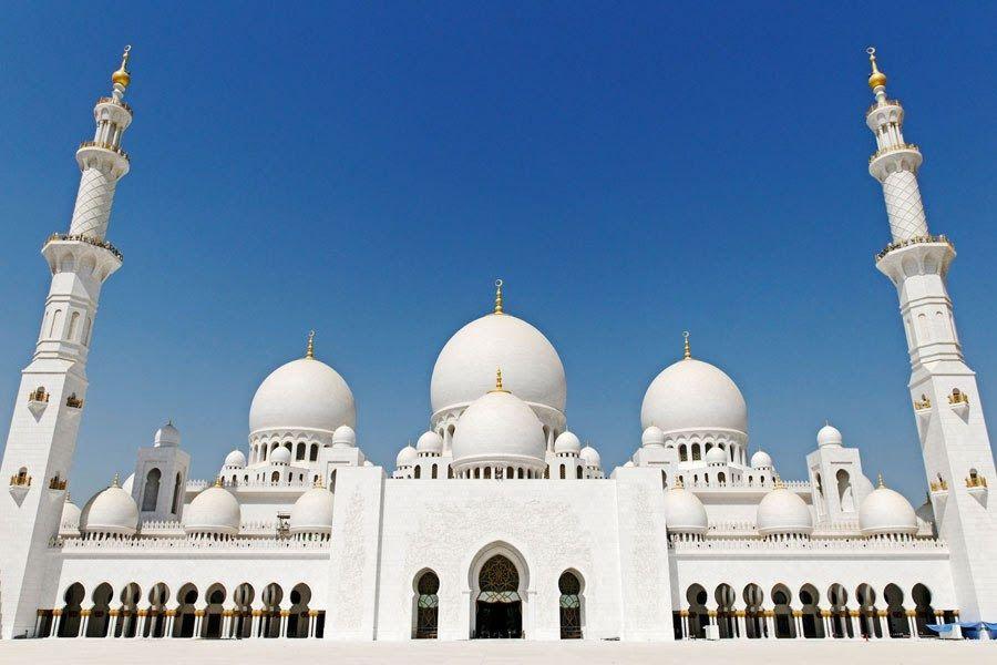 Mesquita em homenagem ao Sheikh Zayed - Cidade: Abu-Dhabi - Emirados Árabes Unidos. Inaugurada em 2007 é uma das mais importantes do mundo islâmico, visível a partir das três principais pontes que ligam a cidade-ilha ao continente. Grande o suficiente para receber 40 mil fiéis, possui 82 cúpulas de vários tamanhos.