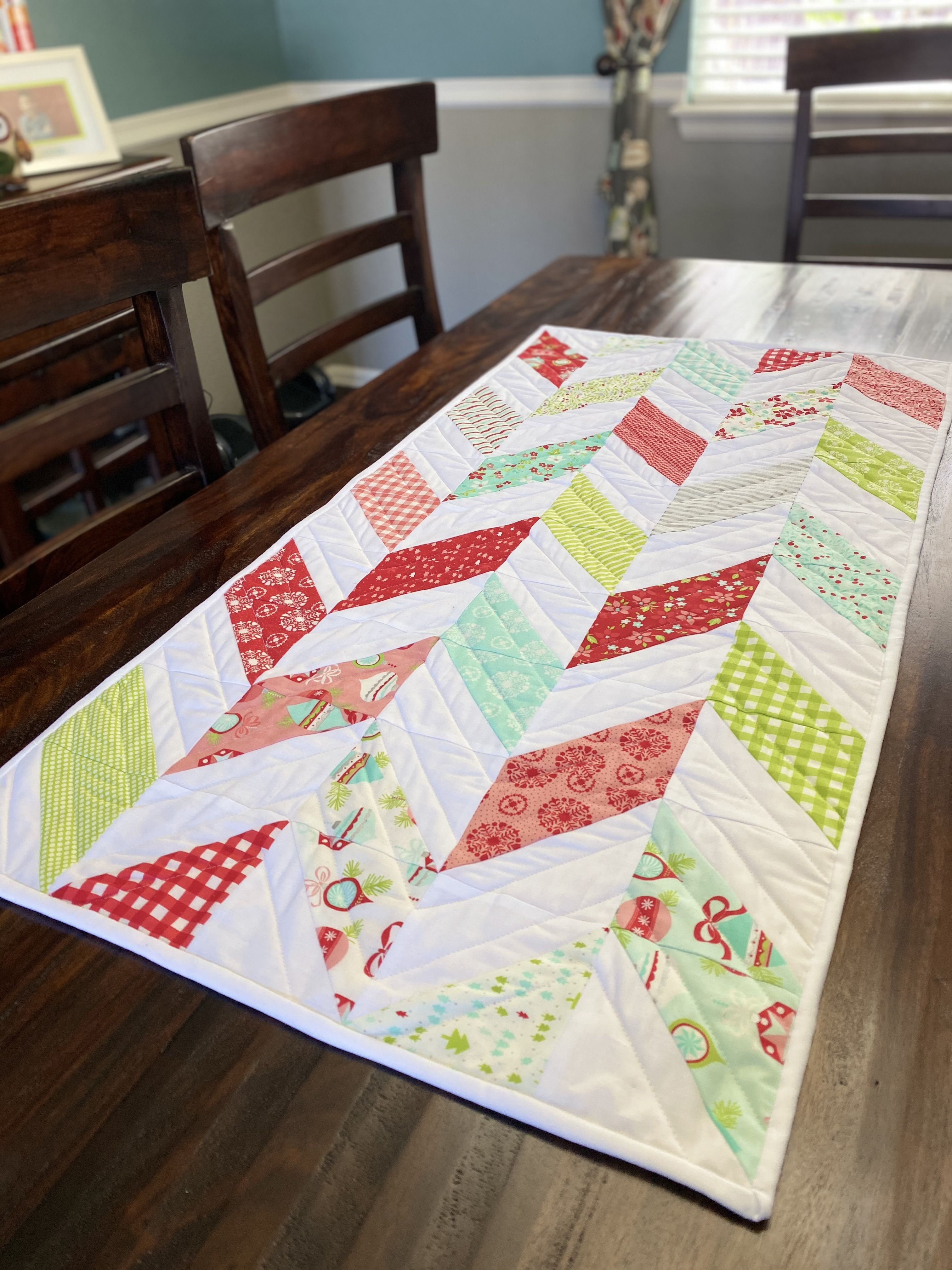 This Free Diy Christmas Table Runner Pattern Is Beginner Friendly And Feature Christmas Table Runner Pattern Quilted Table Runners Patterns Diy Christmas Table