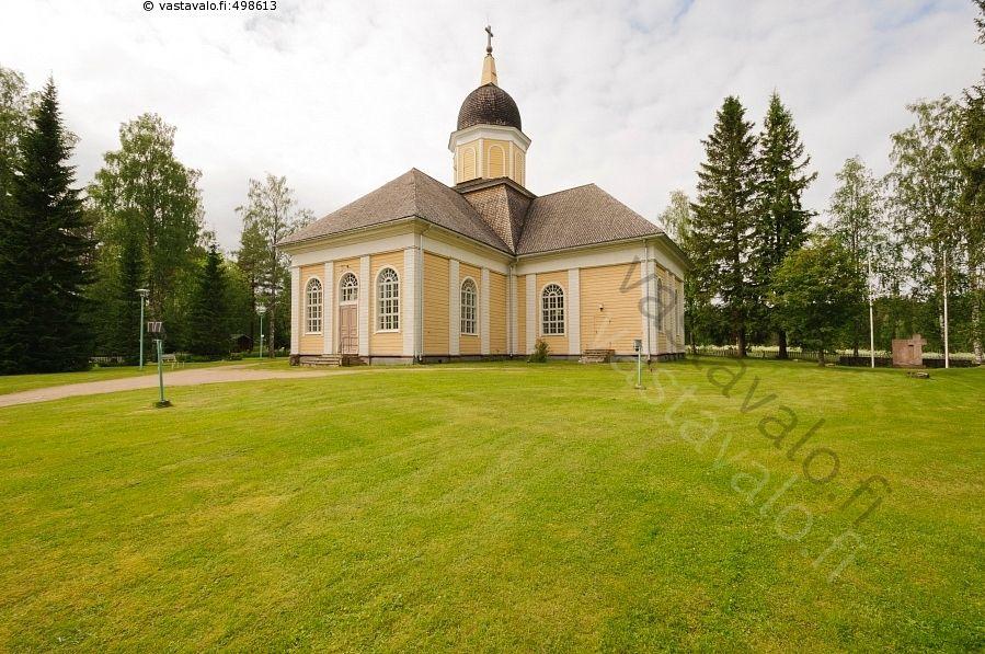 Hyrynsalmen kirkko - Hyrynsalmi Kainuu Finland uskonto rakennus kirkko kesä kirkkomaa