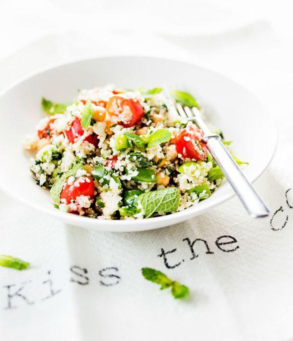 Kukkakaali-kvinoasalaatti on raikas ja ruokaisa.Se toimii loistavasti myös lounaseväänä.1. Keitä kvinoa niin, että se jää irtonaiseksi.Valuta kikherneet tai pavutlävikössä.2. Pese kukkakaali ja raa...