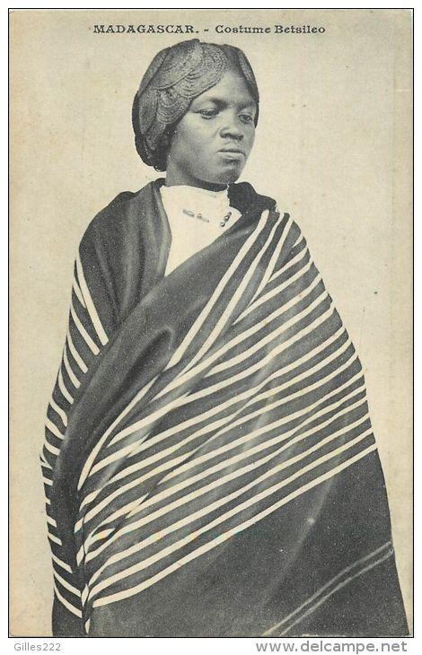 AFRIQUE 407 CPA MADAGASCAR costume betsileo belle carte