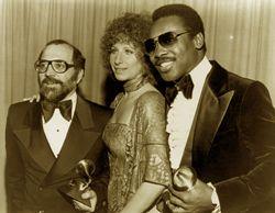 """19. Februar 1977   Streisand erscheint bei der Grammypreiszeremonie, die dieselbe Ausrüstung trägt, die sie in """"A Star is born"""" Grammyfolge Geboren, um Aufzeichnung des Jahres zu präsentieren. Der Sieger ist George Benson für seine Aufnahme """"Dieser Maskerade von Leon Russell."""