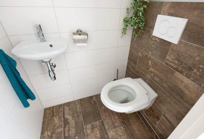 Houtlook tegelvloer doorlopend op wand kleine badkamer pinterest