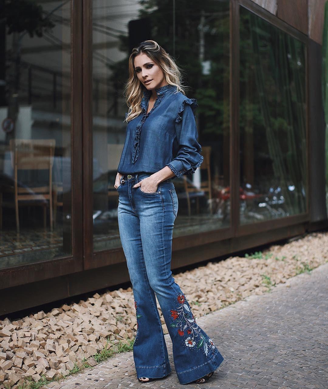 317b9cd640 Total jeans  jeanseria. Camisa jeans com babados + calça flare com bordado  na boca   ♥ . . . . ph  .