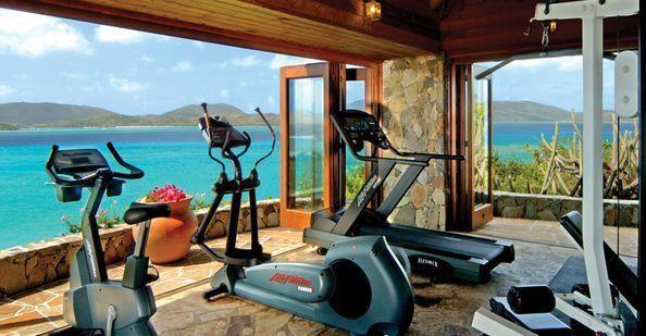 fitnessstudio-zu-hause-einrichten-mit-panoramablick-aufs-meer ...