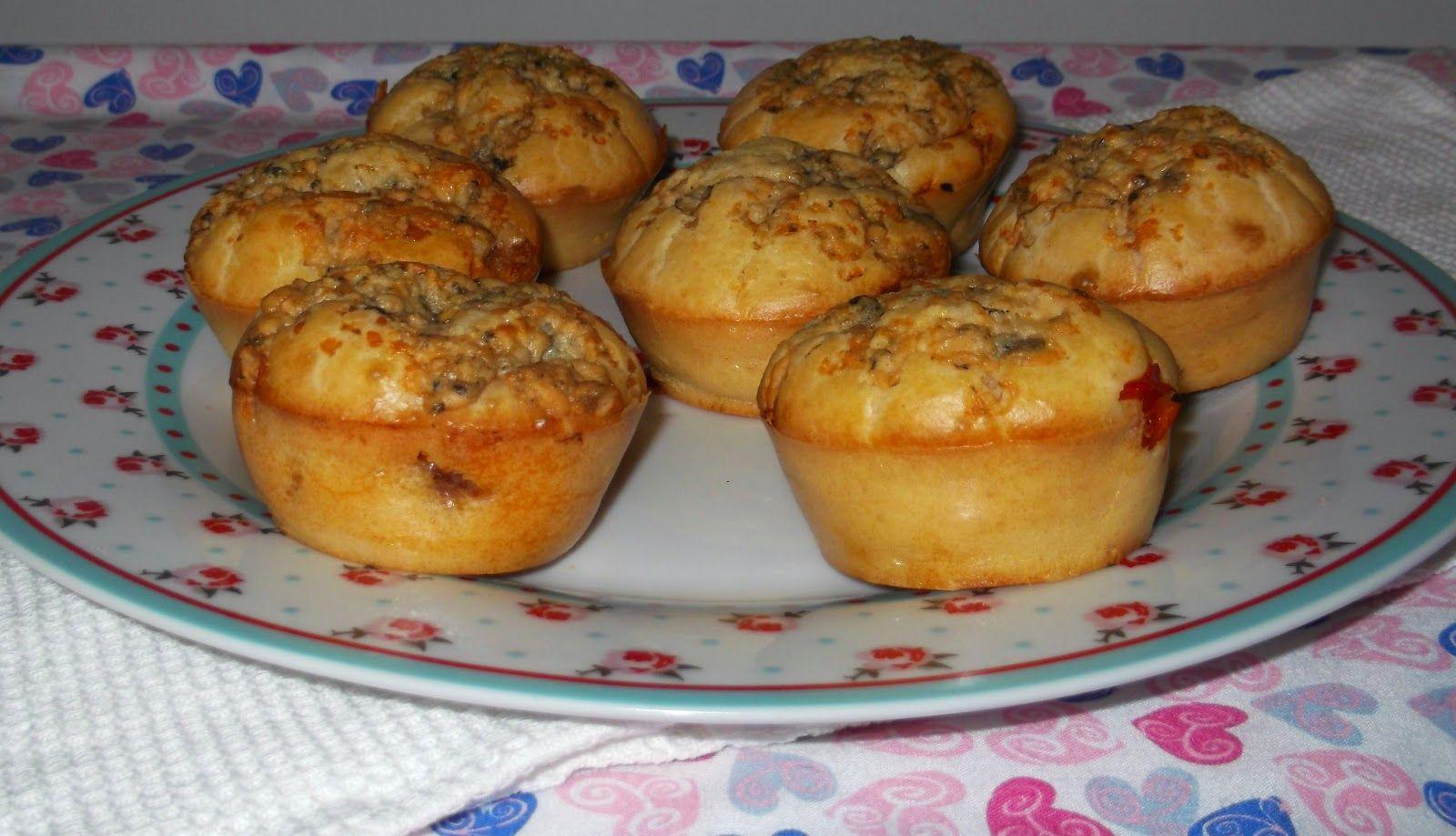 Muffins de alheira com topping de queijo azul