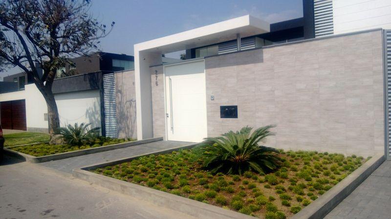Lima peru 2013 la molina fachada minimalista plantas for Casa minimalista lima