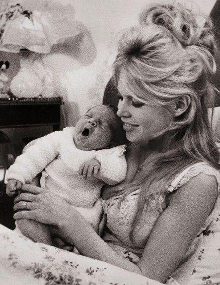 Ella estaba embarazada, pero le temía profundamente a la maternidad, lo que llevó a la pareja a tener agrias discusiones que terminaban a las trompadas. El 11 de enero de 1960 nació el hijo de ambos Nicolás, mientras Jacques combatía en la guerra de Argelia.