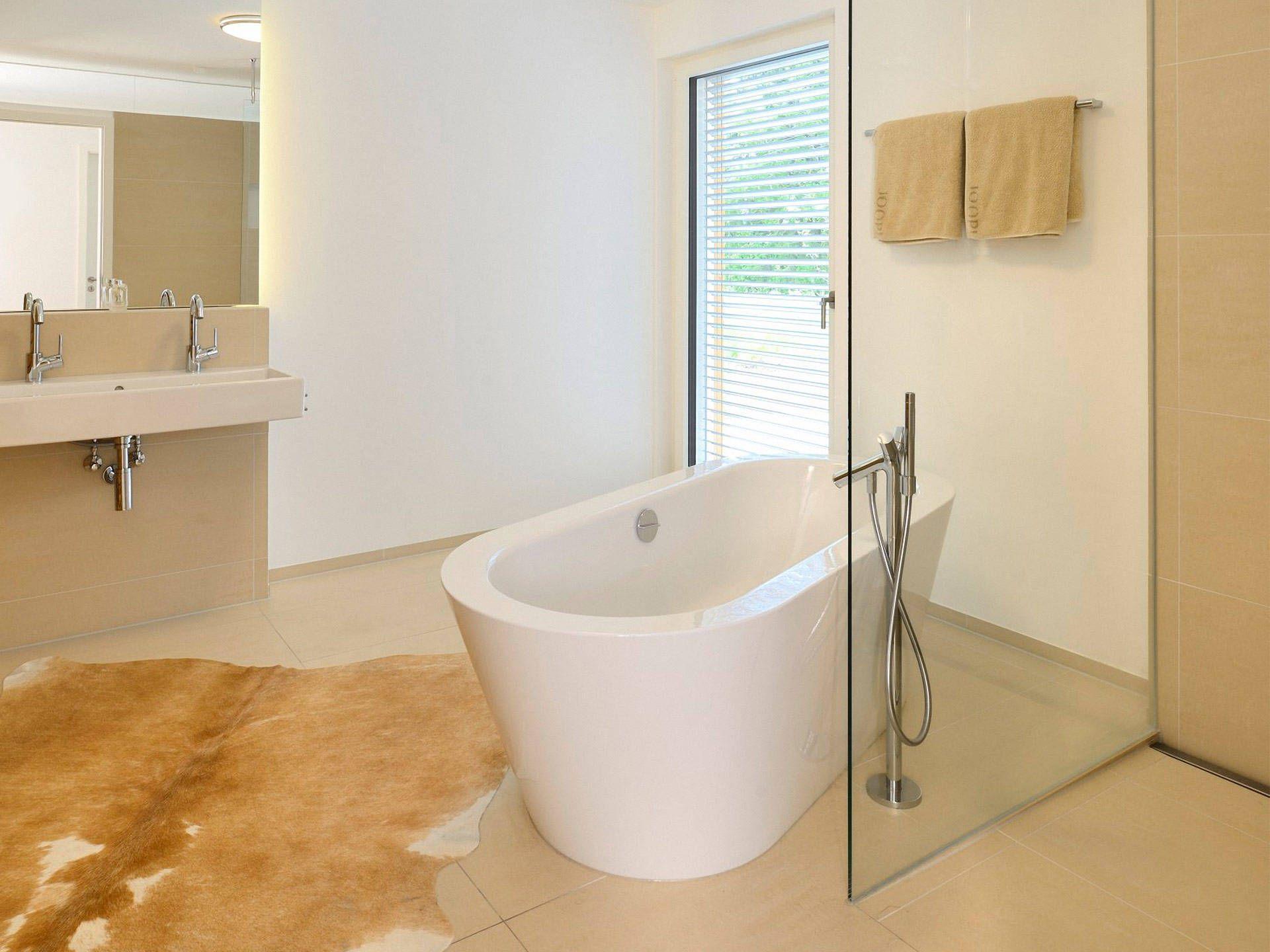 Badezimmer im Mehrfamilienhaus Erstling von Baufritz Weitere Informationen gibt es auf Musterhaus