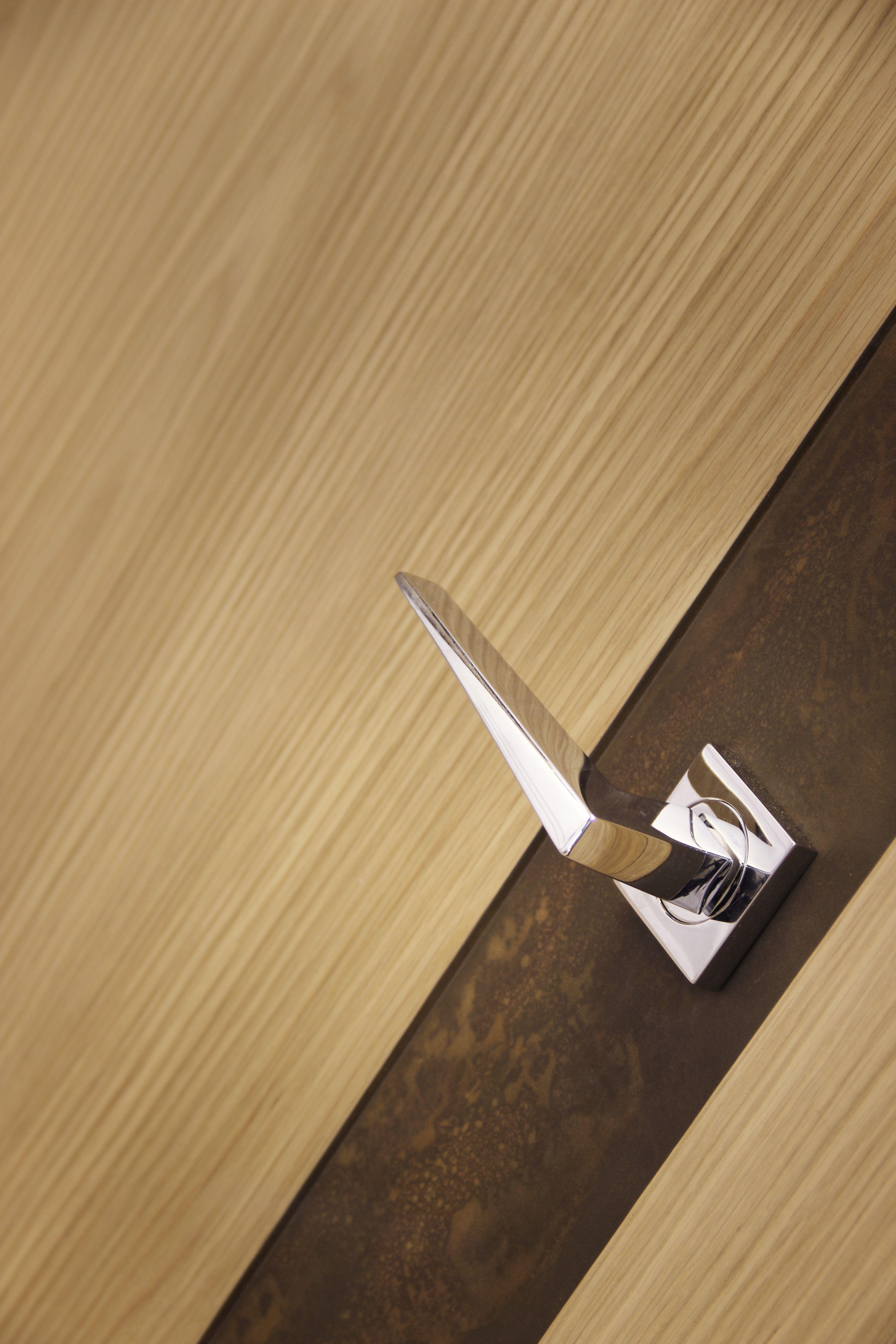 Juego de manivelas en cromo brillo modelo strip sobre for Puertas de madera modernas