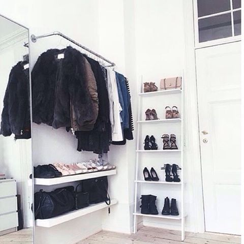 """103 Synes godt om, 1 kommentarer – Z I I T O  D E S I G N (@ziitodesign) på Instagram: """"Minimal wardrobe design at Alma's place. Beautiful storage for  shoes and clothes 👟👓👍 #ziito…"""""""